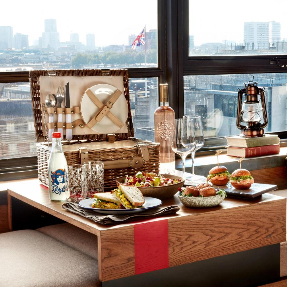 Treehouse picnic with view of London